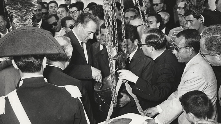 Enrico Mattei lays the first stone at the Gela plant in Italy (1960). Rome/Eni historic archive